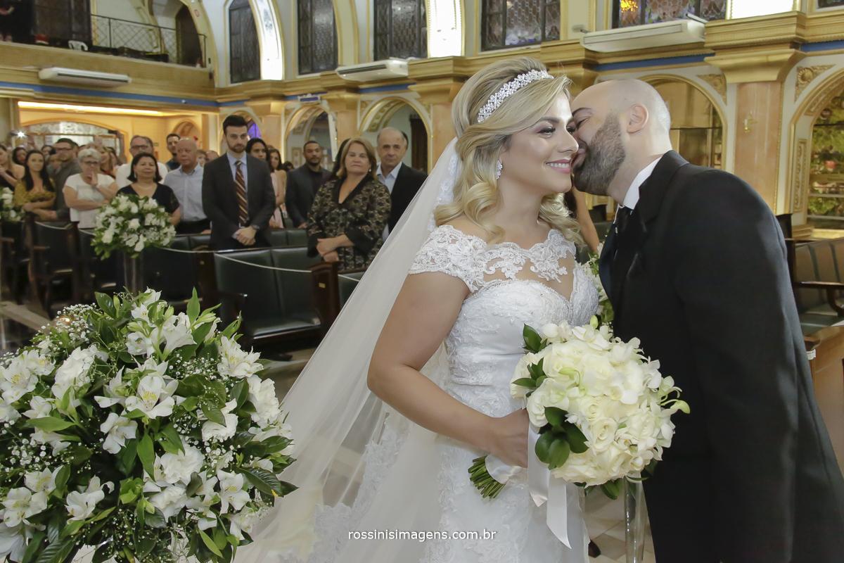 Noivo recebendo sua noiva no altar com muita emoção e um lindo brilho no olhar