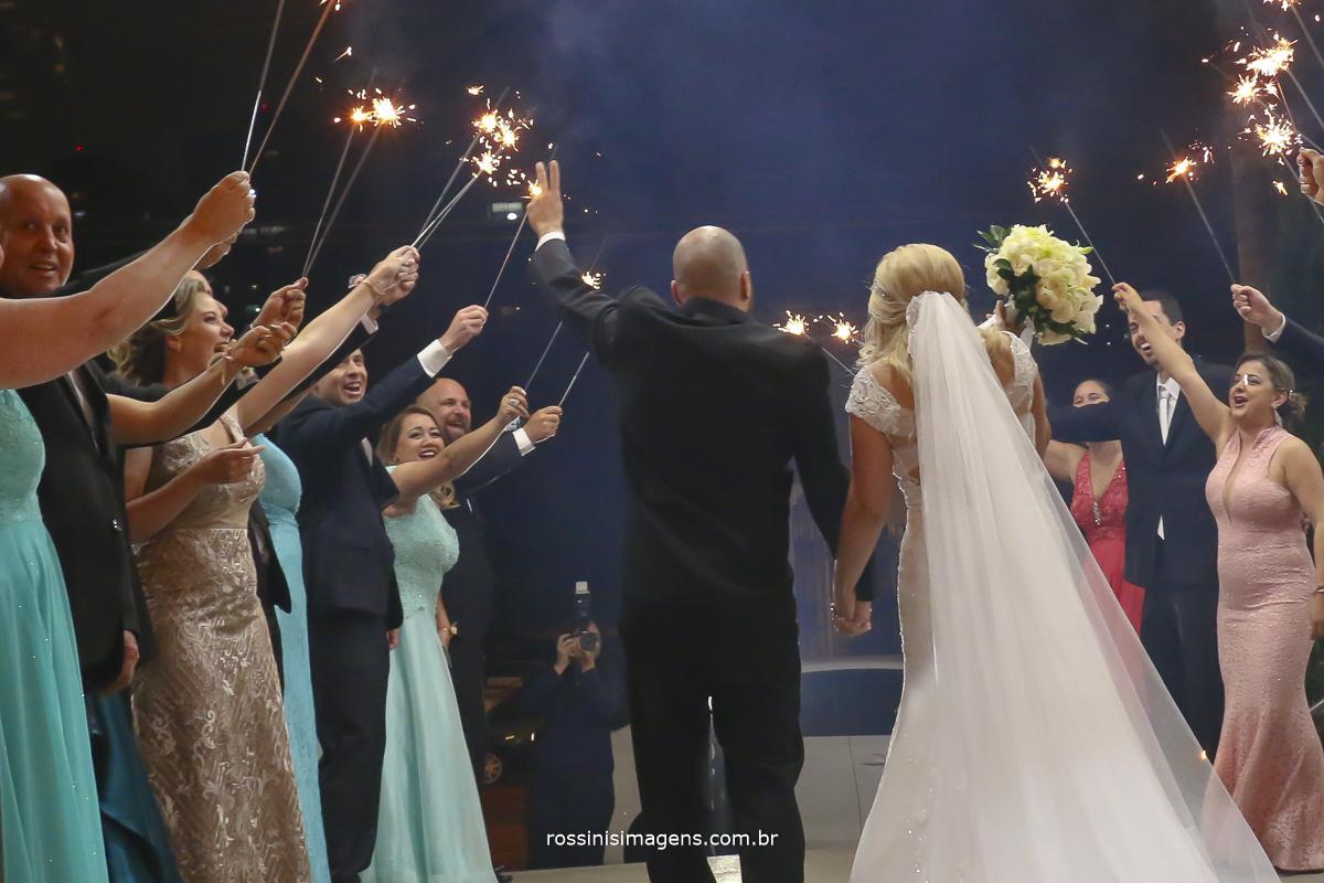 Saida dos noivos com sparks abrilhantando ainda mais esse momento inesquecível que é o casamento a união de duas pessoas  a familia que se completa