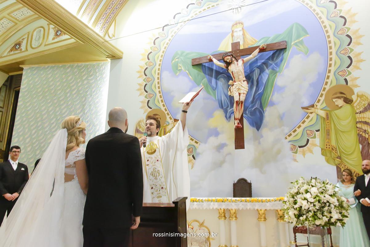 Padre abençoando os noivos no altar com uma linda cerimônia onde todos participaram e aplaudiram de pé o amor de kawana e jefferson