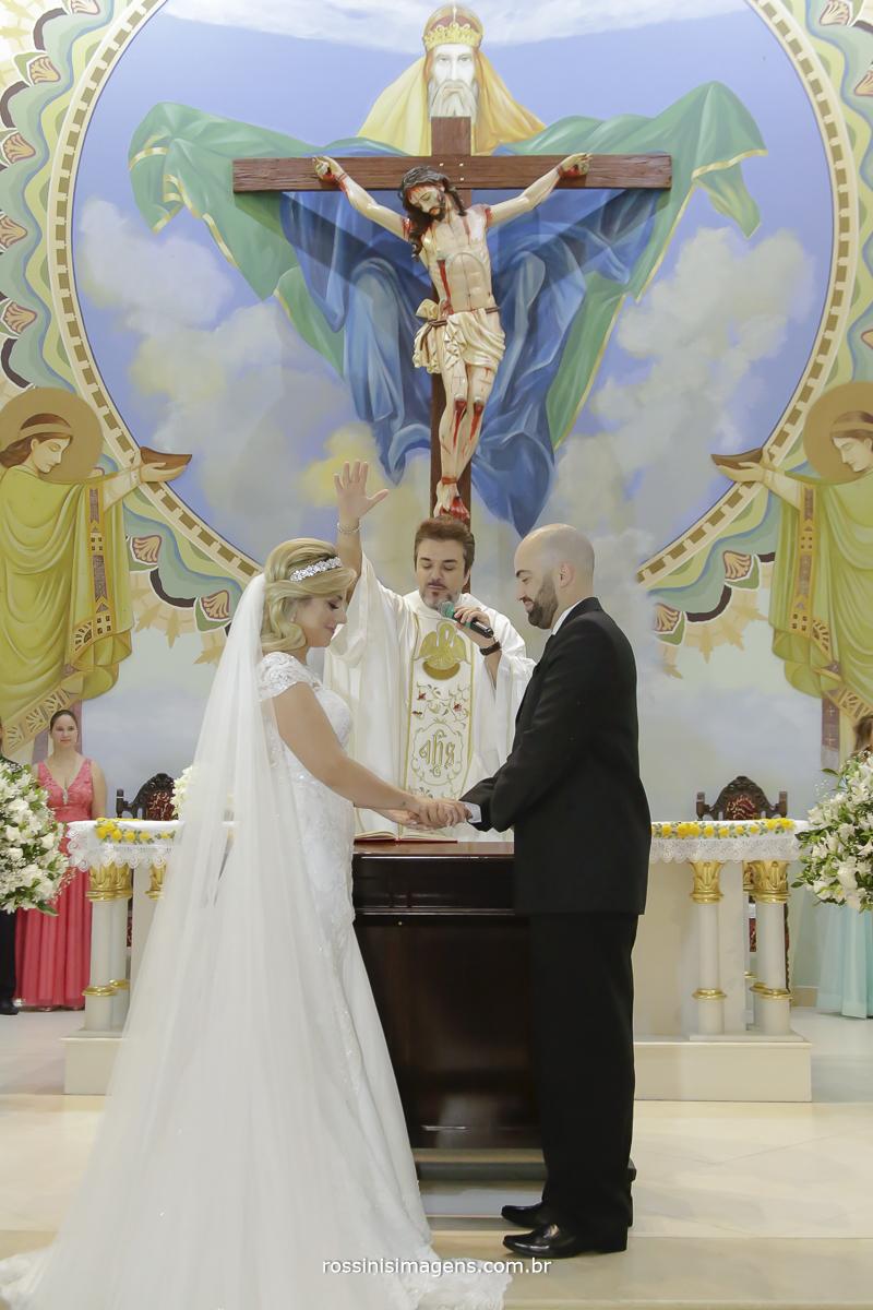 A bencao do padre aos noivos na cerimonia do casamento na Santíssima trindade registrada pela rossinis imagens fotografia e video