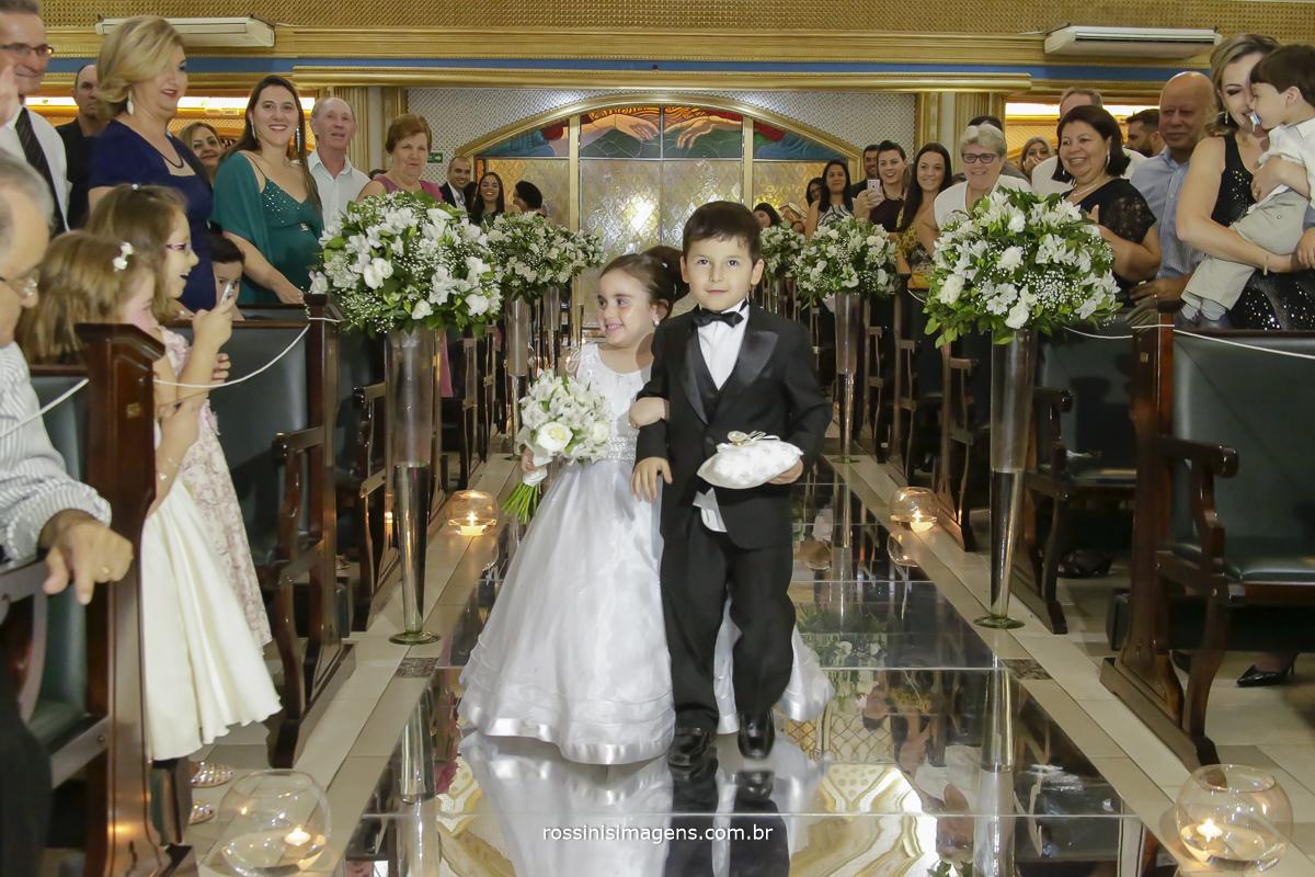 Entrada das alianças com a filha dos noivos e o priminho da Ana Beatriz na passarela de espelhos coisa mais linda