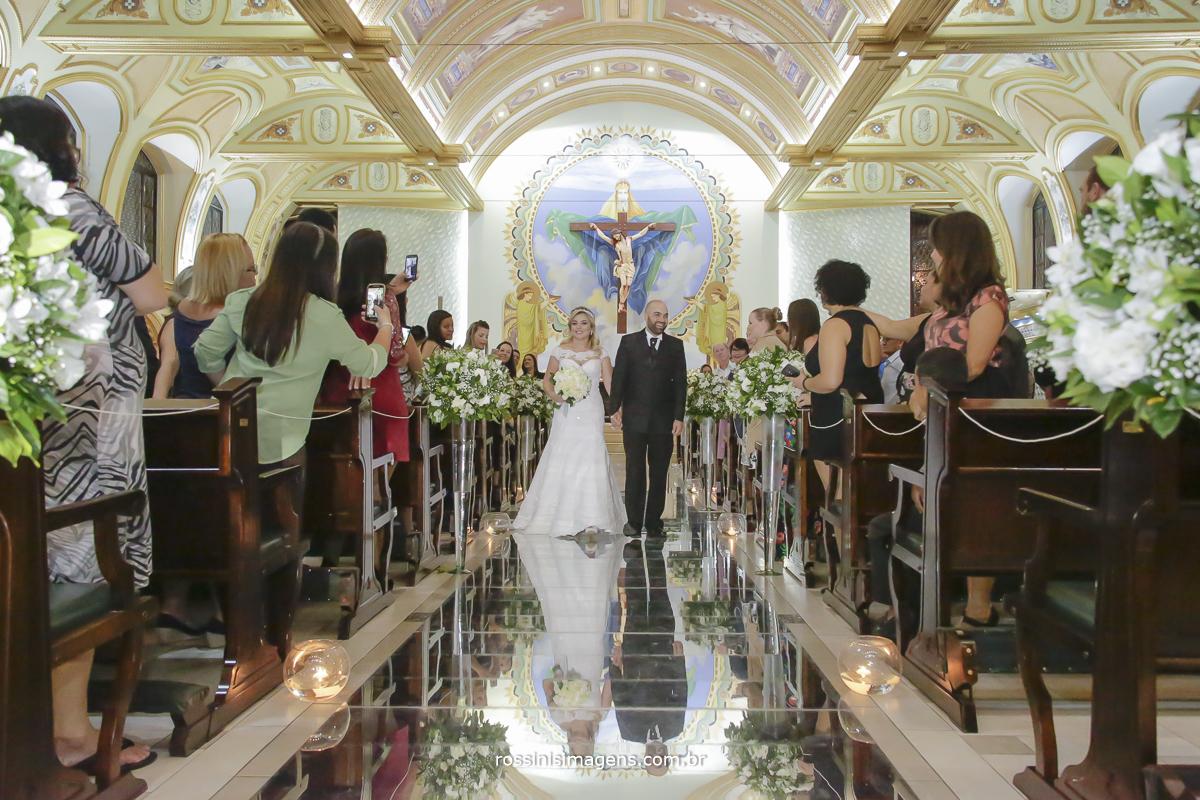 Saida doa noivos na paróquia santíssima trindade com passarela de espelhos e muito animados