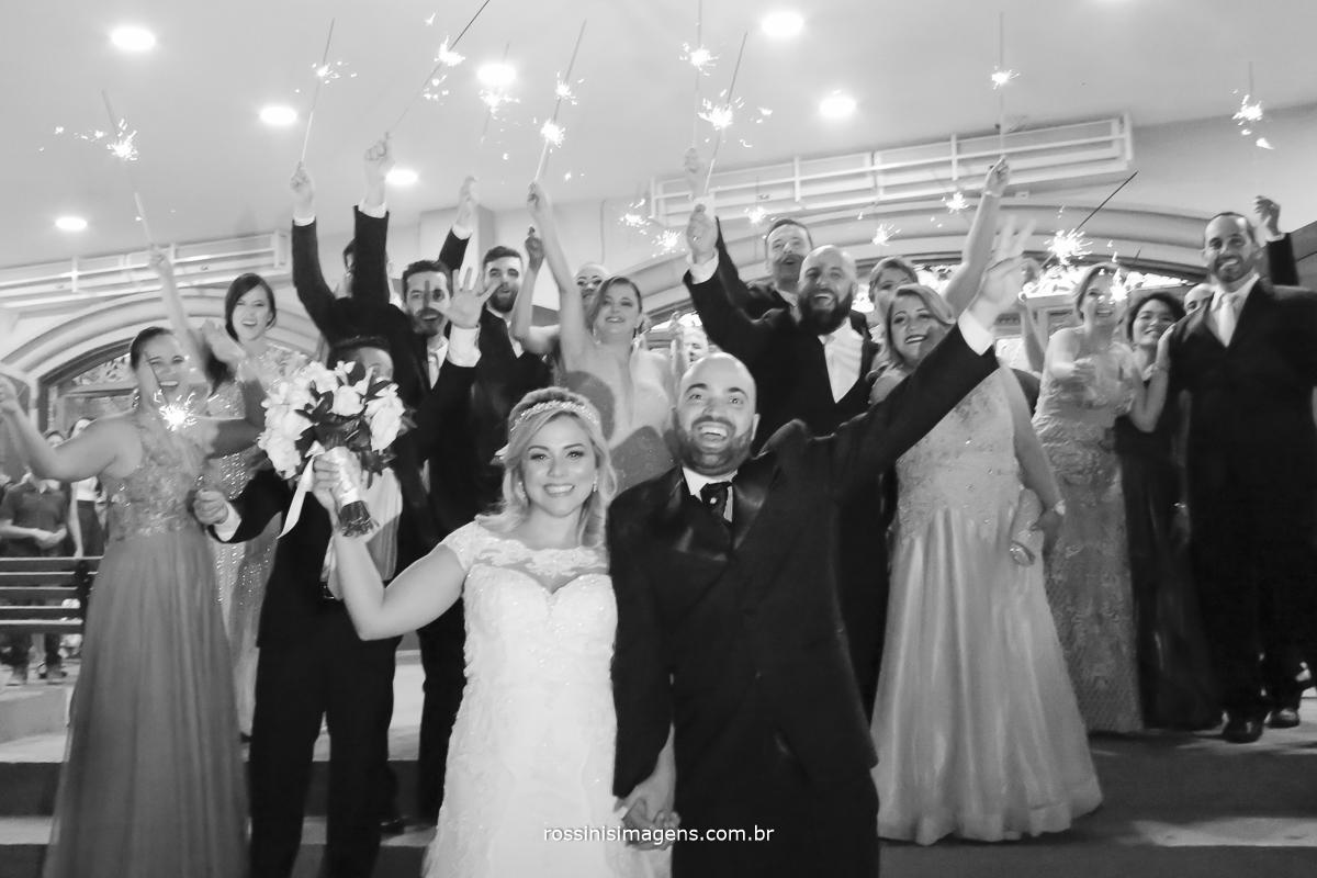 Sparks na saida dos noivos com os padrinhos, uma linda foto para a recordação viva o momento - rossinis imagens