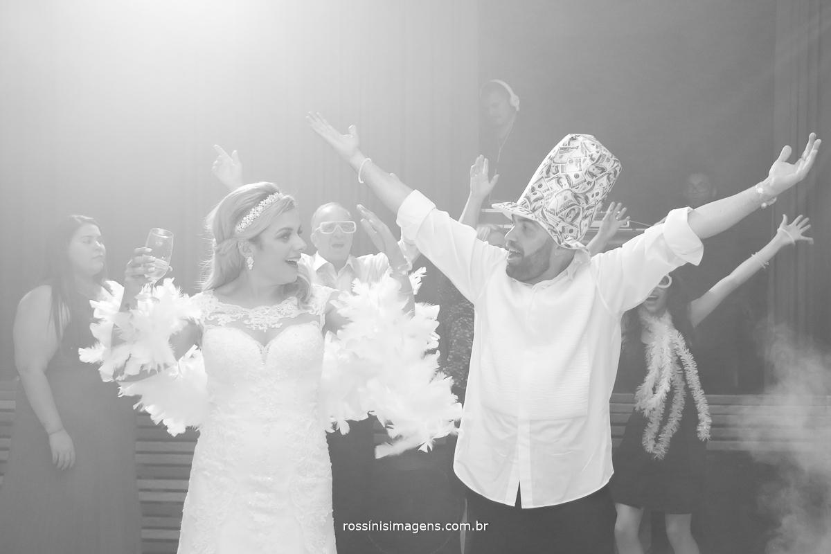 Abertura da pista de danca com o casal dancando muito e animando todos os convidados umoto envonvemte essa energia da kawana e do jefferson