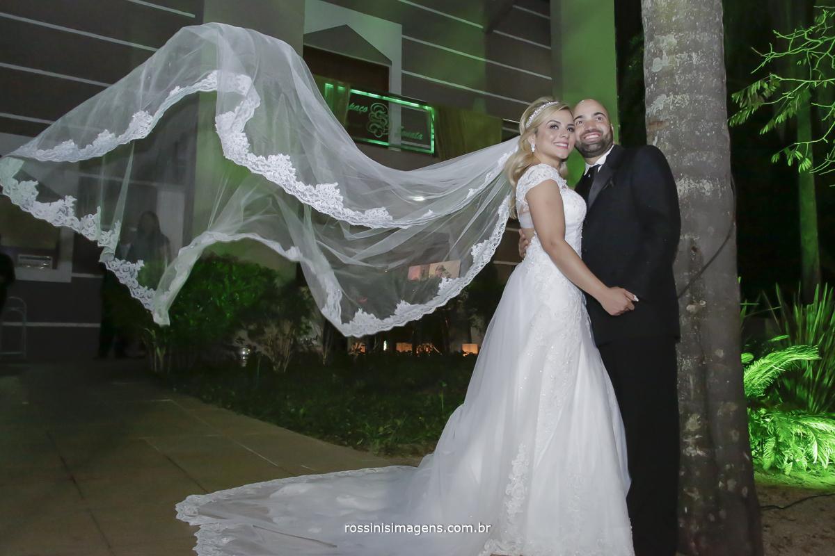 Foto do veu da noiva voando com o noivo na frente do espaco sonata eventos na granja viana sao paulo