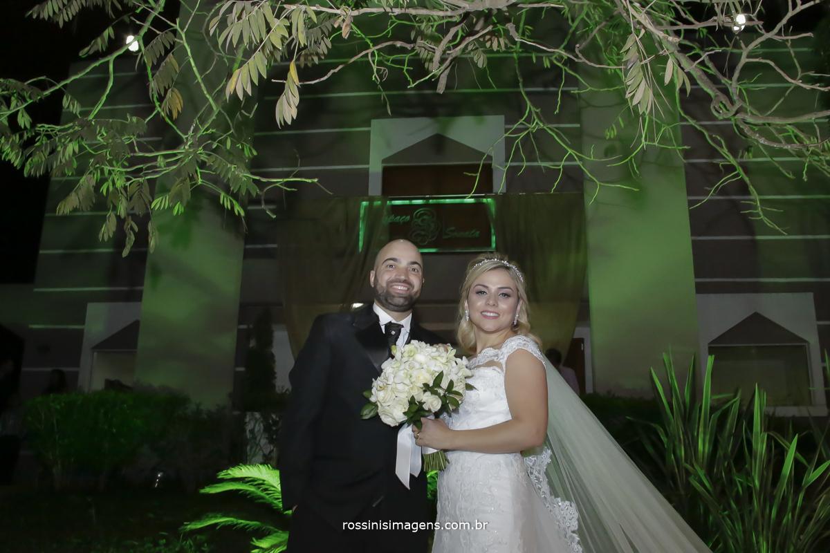 Noivos juntos com o buque na frnte do salao espaco sonata eventos um lindo dia para o casamento dia 23 de setembro