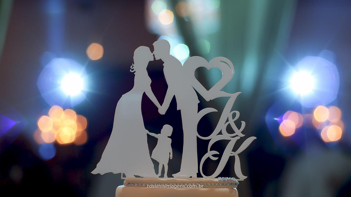 Topo do bolo do casal kawana e jefferson com a sua filha e com as inicias deles, topo de bolo feito em acrílico muito lindo