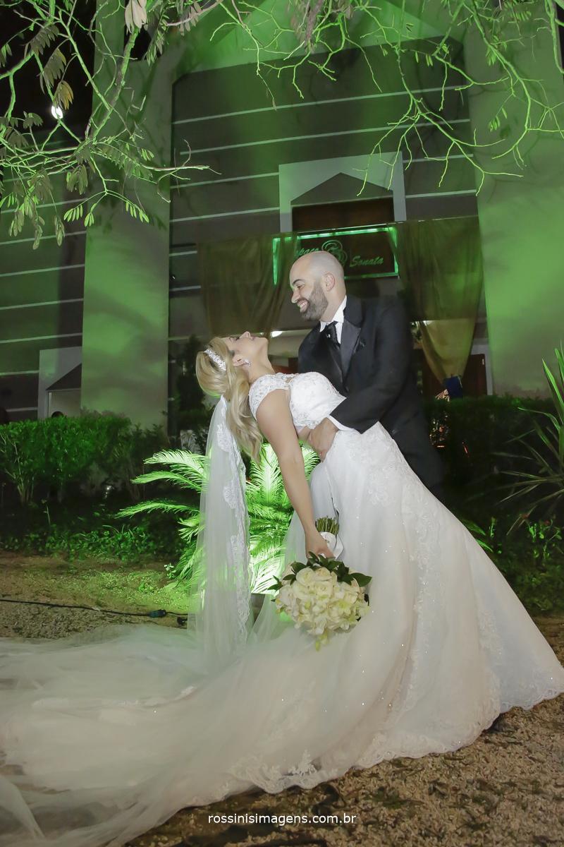 A famosa fotografia do beijo de cinema com os noivos jefferson e kawana na frentr do espaço sonata eventos