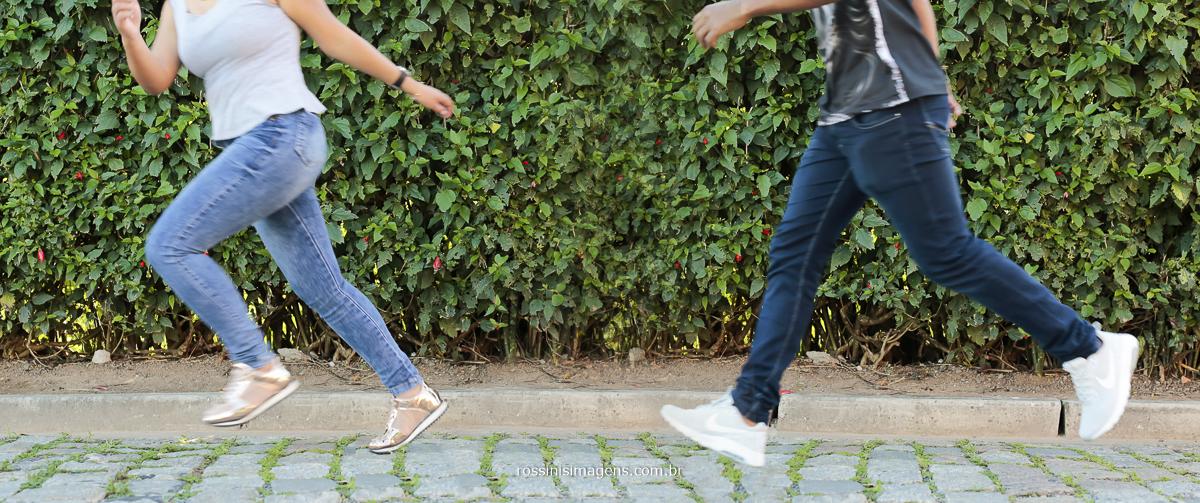 noiva correndo e noivo correndo atras da noiva no ensaio fotográfico pre casamento em Guararema - SP realizado pela Rossinis Imagens - fotografia e vídeo