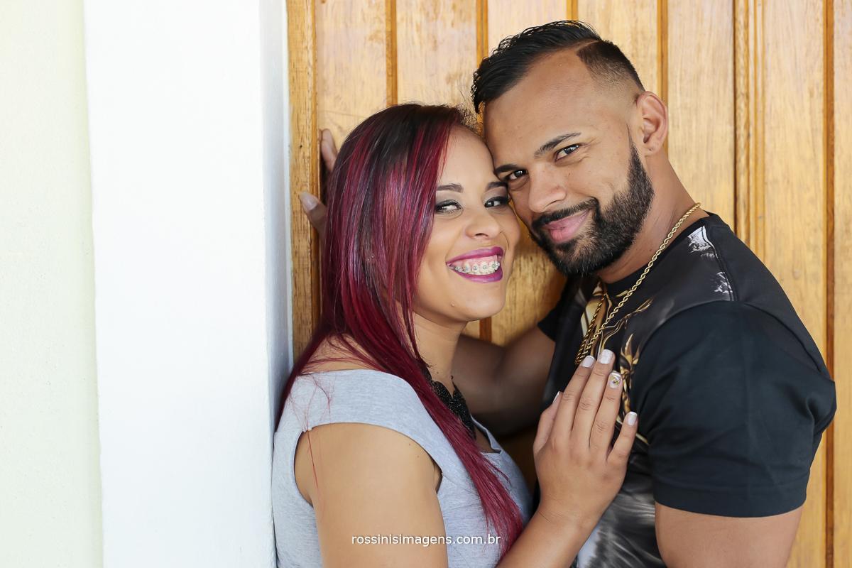 Viviane e Andson olhando para a câmera no ensaio fotográfico casal em Guararema