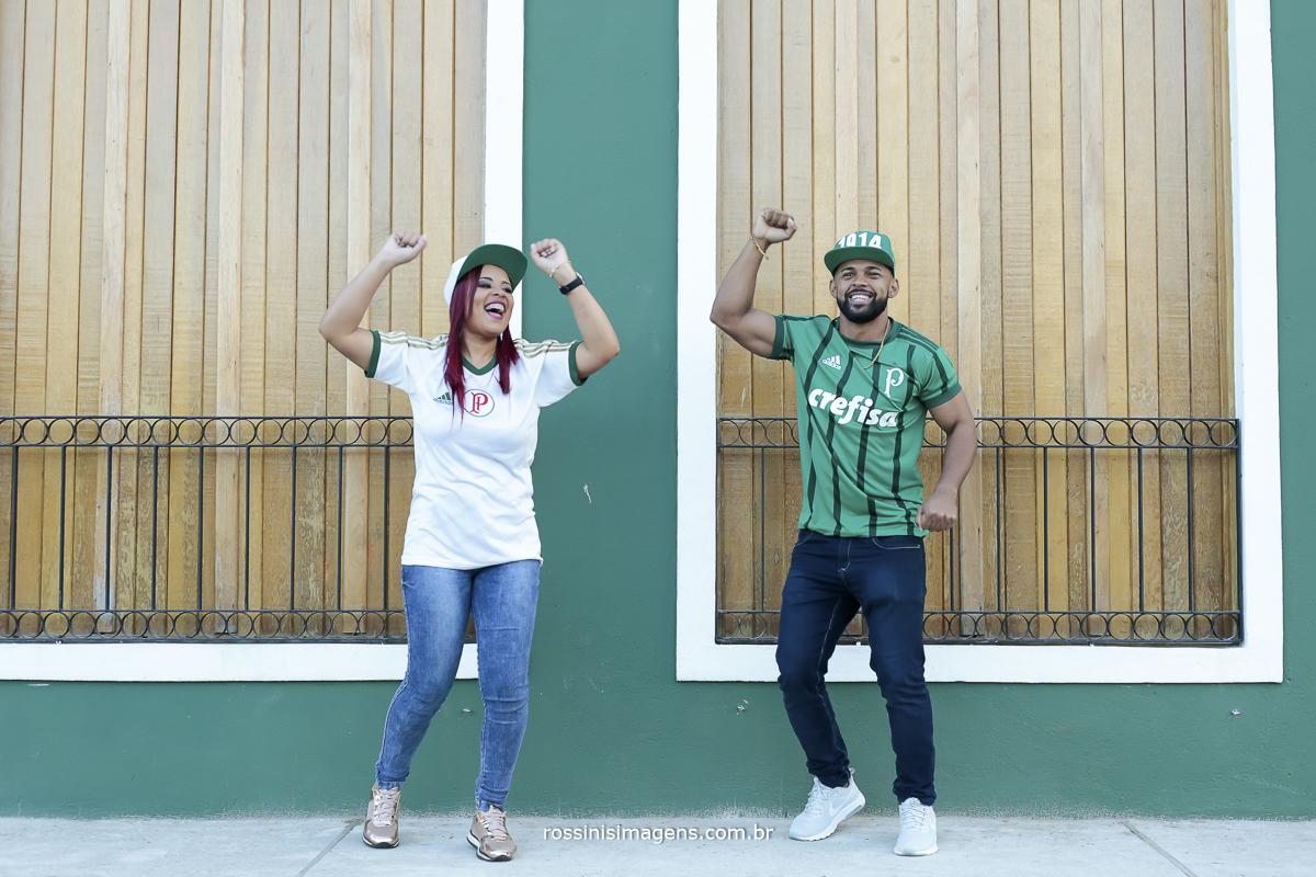 casal palmeirense, fazendo ensaio pre casamento em Guararema sp, ensaio com roupa de time