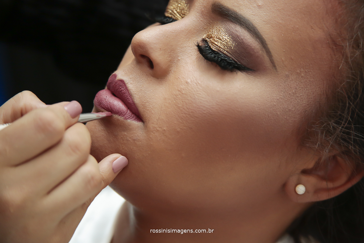 maquiagem na noiva Viviane passando batom
