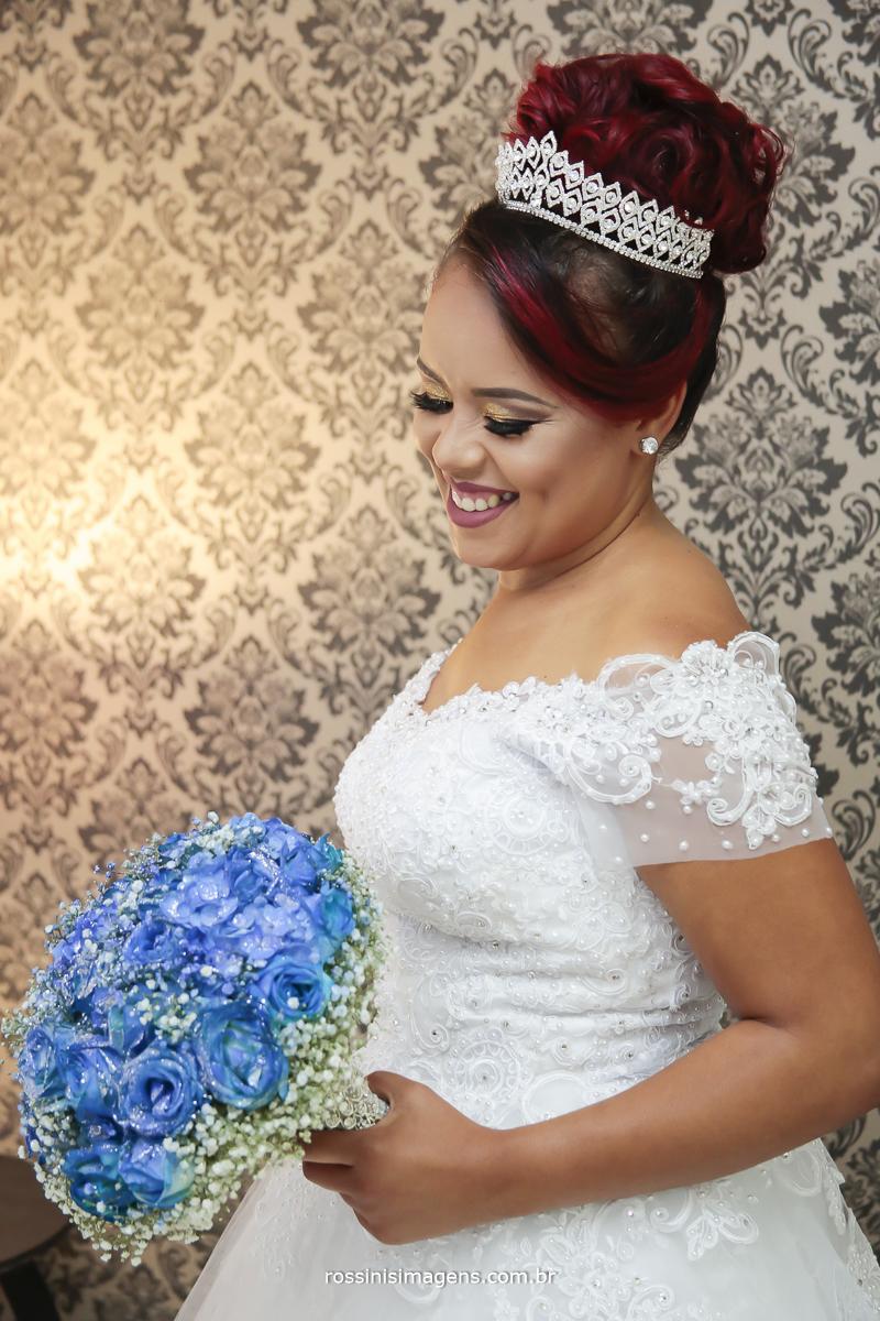 fotografia da noiva no dia da noiva com o buquê azul, noiva sorrindo, noiva feliz