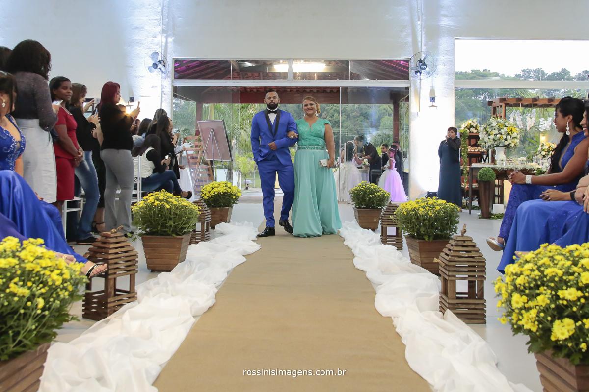 entrada do noivo com terno azul com sua mãe de vestido longo azul tiffany, com musica, hino do palmeiras