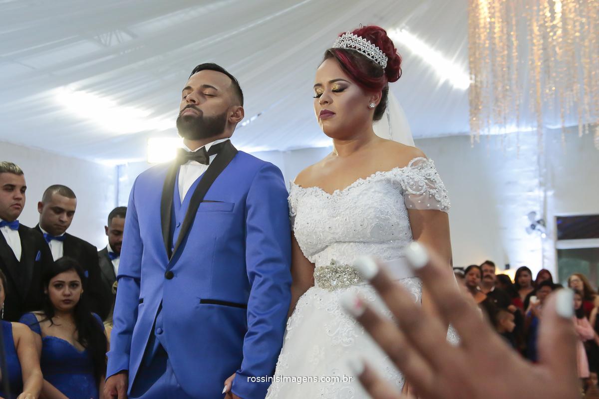 noivos e padrinhos em oração desejando benção para o casamento, cerimonia de casamento em poá