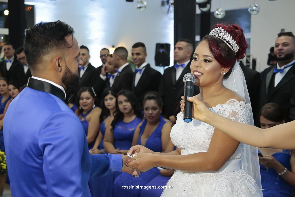 foto da troca das alianças do casamento de Viviane e Andson, casamento lindo
