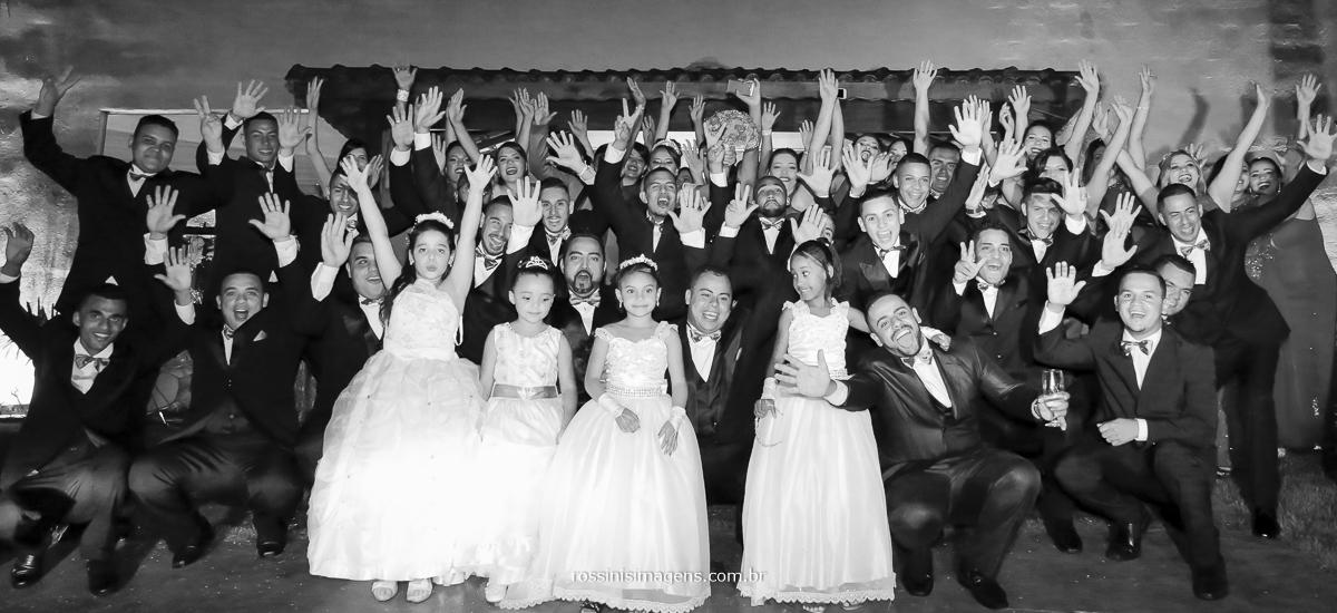 fotografia de casamento todos os padrinhos, madrinhas, pajens, dama de honra, pais, mães, noivo, noiva pessoas felizes, animadas