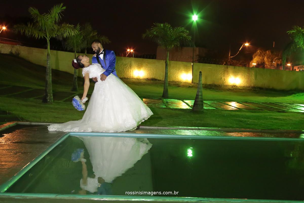 fotografia de casamento, beijo de cinema com o casal no dia do casamento na beira da piscina