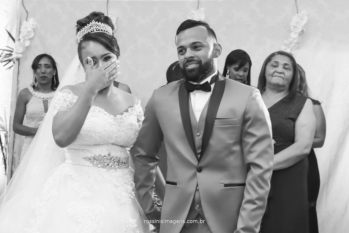 fotografia pb dos noivos emocionados na homenagem das mães para os recém casados