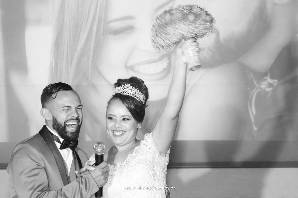 fotografia da emoção dos noivos no agradecimento a todos convidados, curtindo a festa