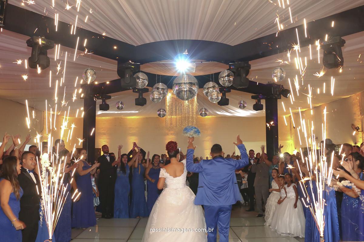 entrada dos noivos na recepção com fotos in door na pista de led com todos os padrinhos e madrinhas em volta deles