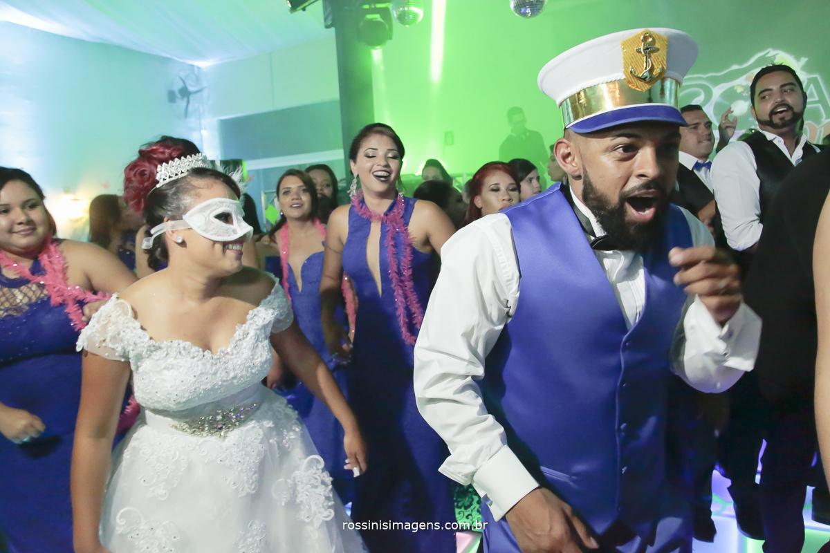 pista de dança com os noivos dançando e se divertindo muito dançando