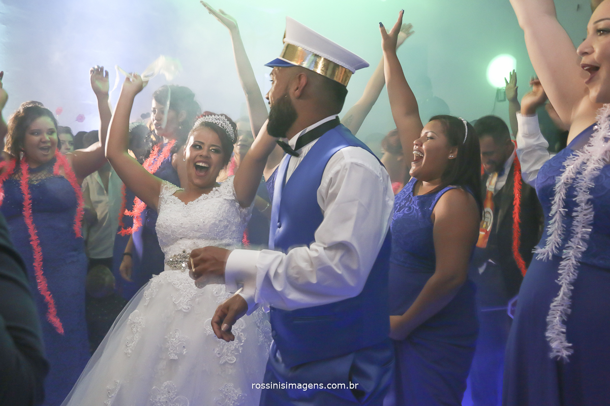 noivos dançando muito na pista de dança com as madrinhas todas felizes e alegres, contente com o casamento
