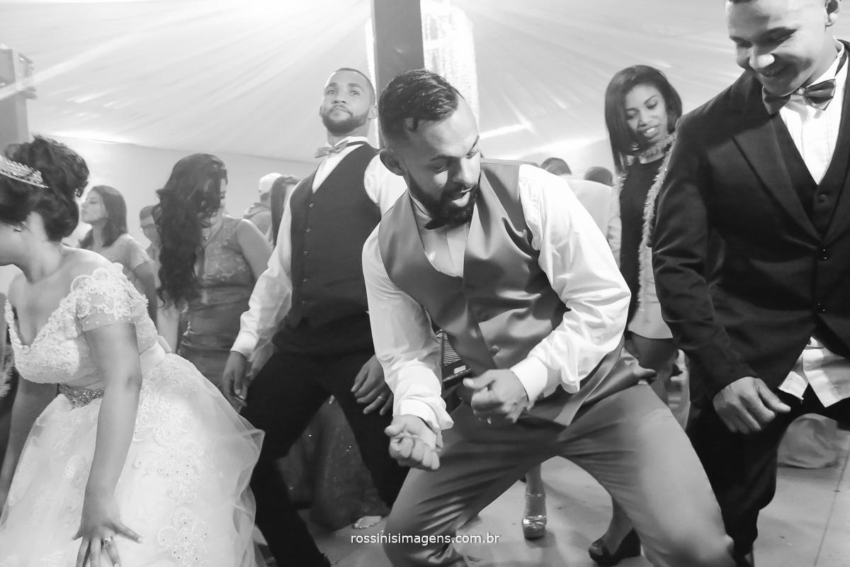 noivo dançando axe no casamento com toda a felicidade desse grande dia, noivo palmeirense