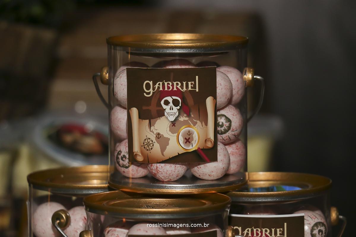 doce da mesa do bolo baldinho de chicletes em forma de olho pirata do caribe