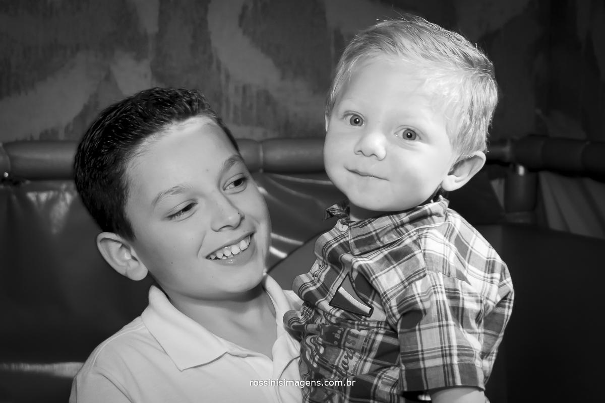 fotografia pb do aniversariante gabriel com irmãozinho