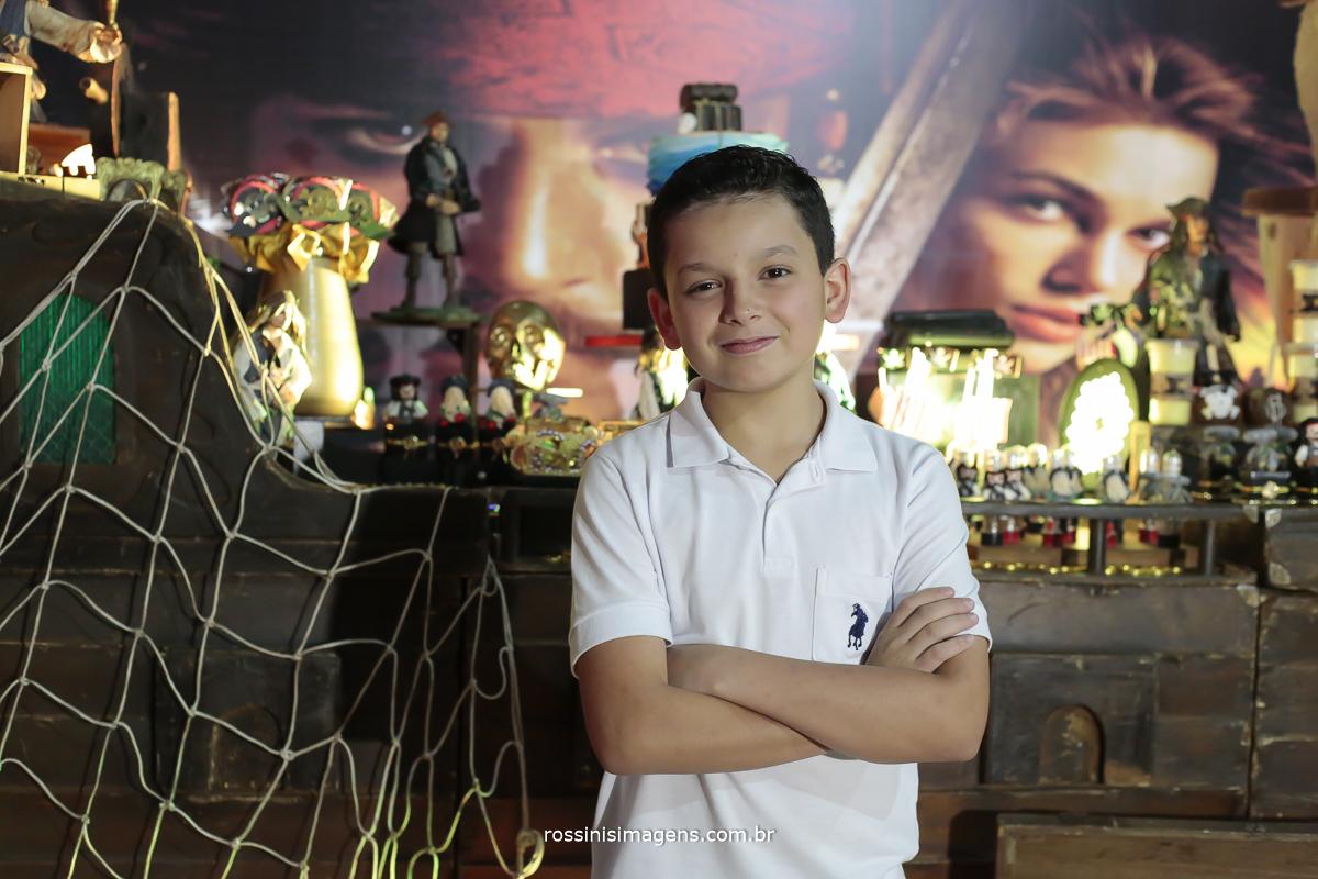 fotografia de aniversariante de 11 anos em sao paulo, gabriel em frente a mesa do bolo