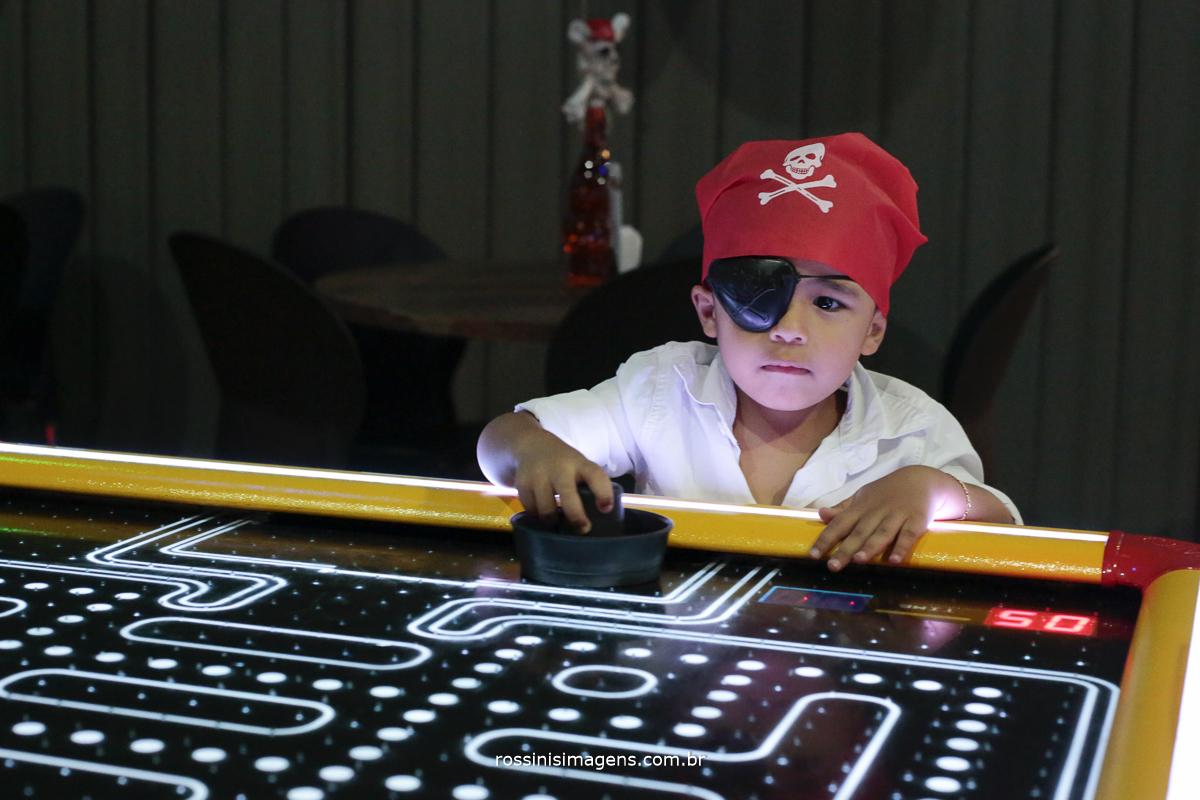 pirata lorenzo irmão do aniversariante gabriel brincando