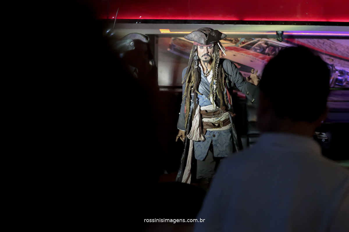 entrada dos personagens do filme na festa de aniversario, jack sparrow
