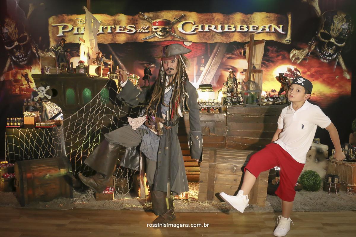 jack sparrow e o gabriel fugindo da festa no estilo pirata de mansinho