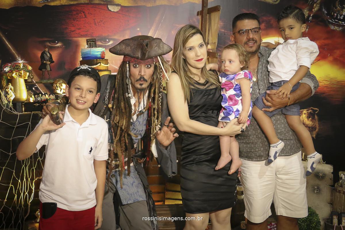 fotografia de familia no aniversario infantil do gabriel com tema do piratas do caribe participação do jack sparrow