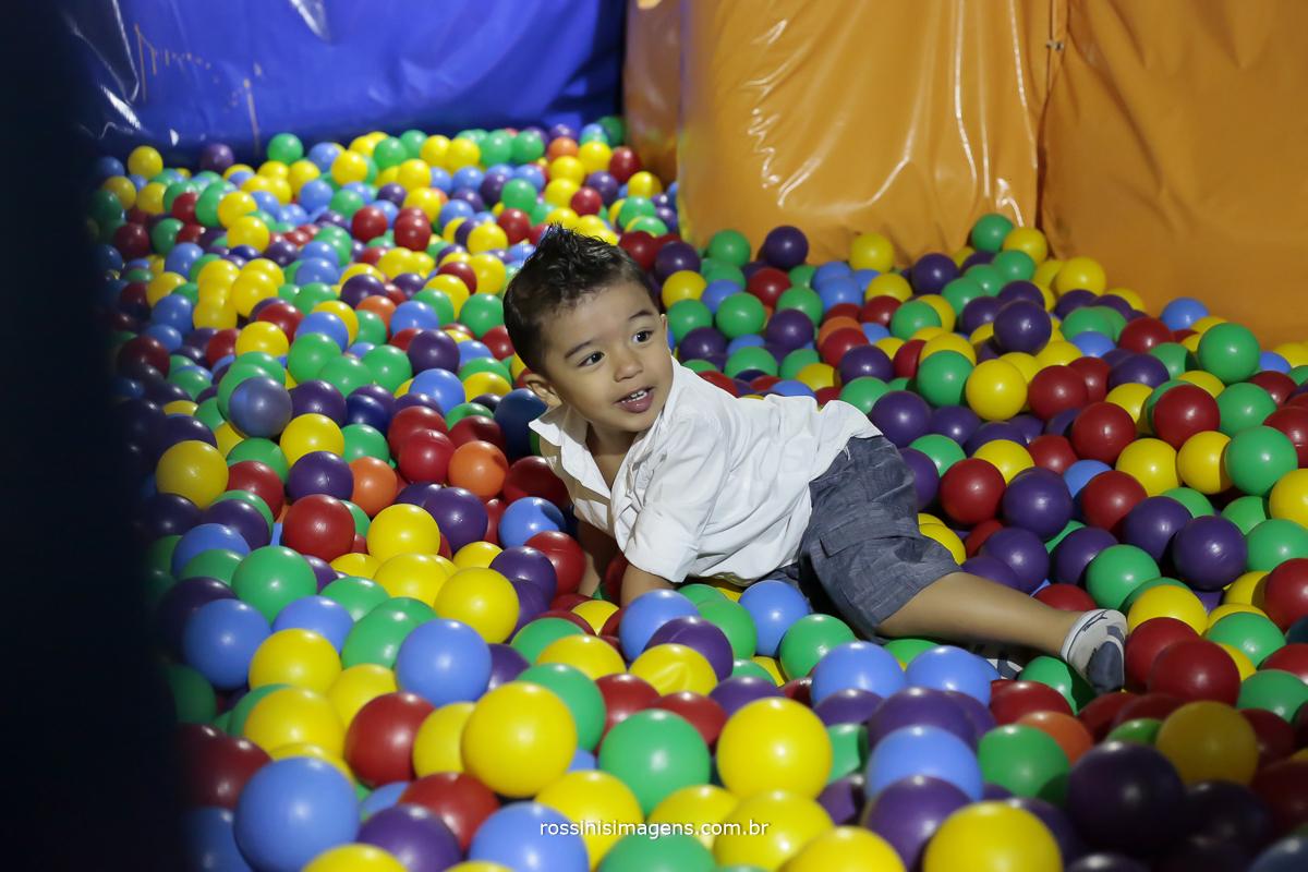 fotografo de aniversario infantil, criança brincando na piscina de bolinha e feliz