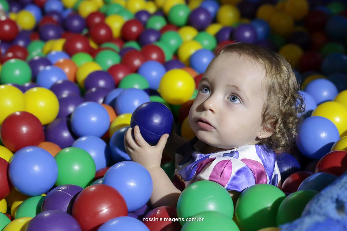 foto de aniversario infantil de criança na piscina de bolinha coisa mais linda esses olhos azuis claros