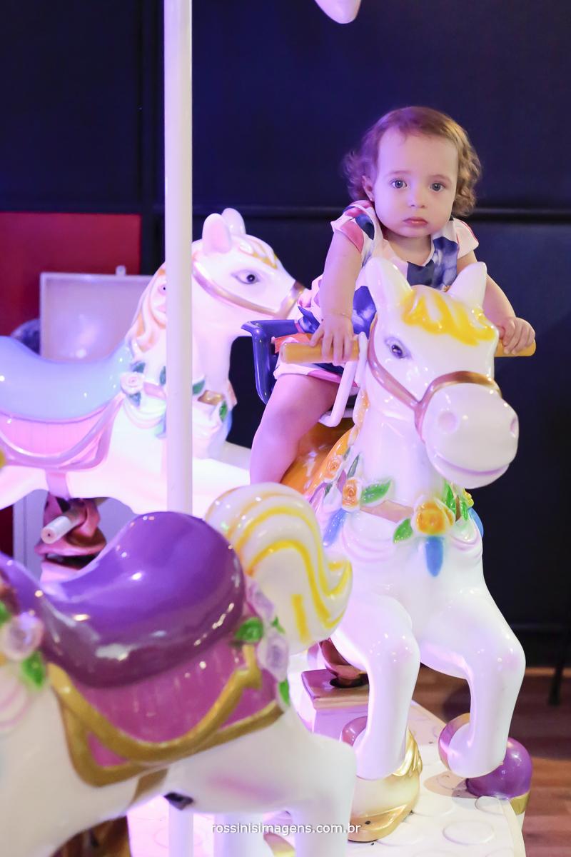 fotografia de aniversario infantil no carrossel