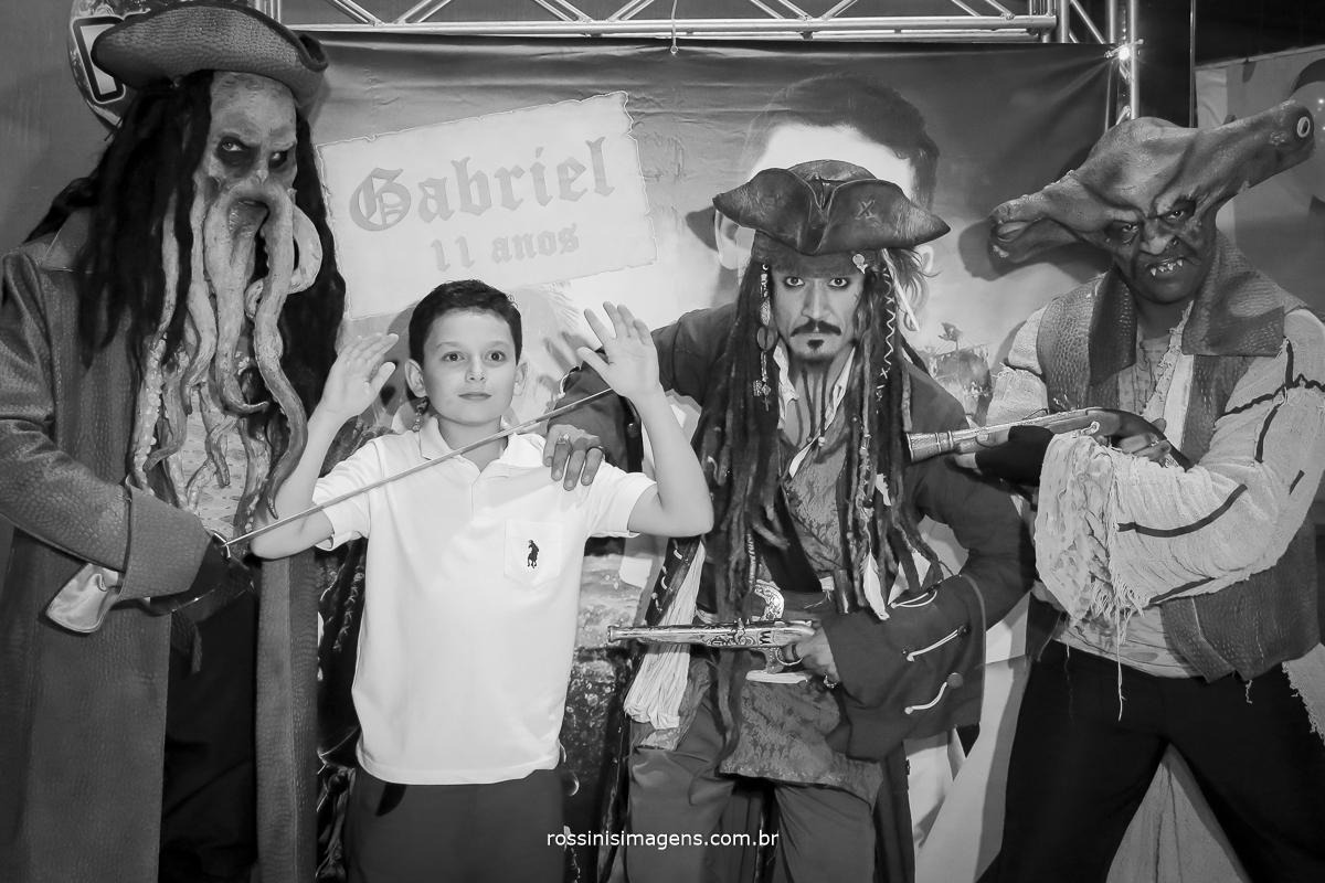 Davy Jones, aniversariante Gabriel, Jack Sparrow, e Maccus, fotografia na entrada da festa