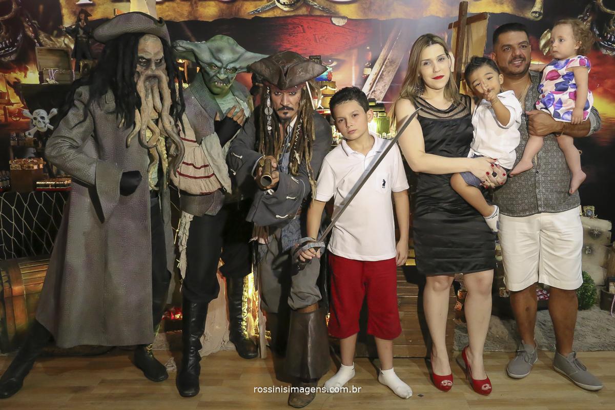 foto de aniversario de 11 com os pais e personagens da festa tema do piratas do caribe