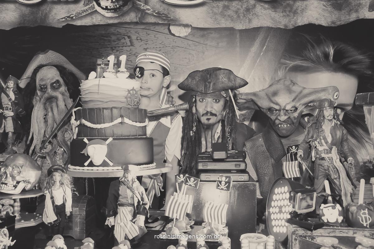 fotografia pb de aniversario infantil, os piratas mais legais do mundo piratas do caribe e o aniversariante gabriel no bolo