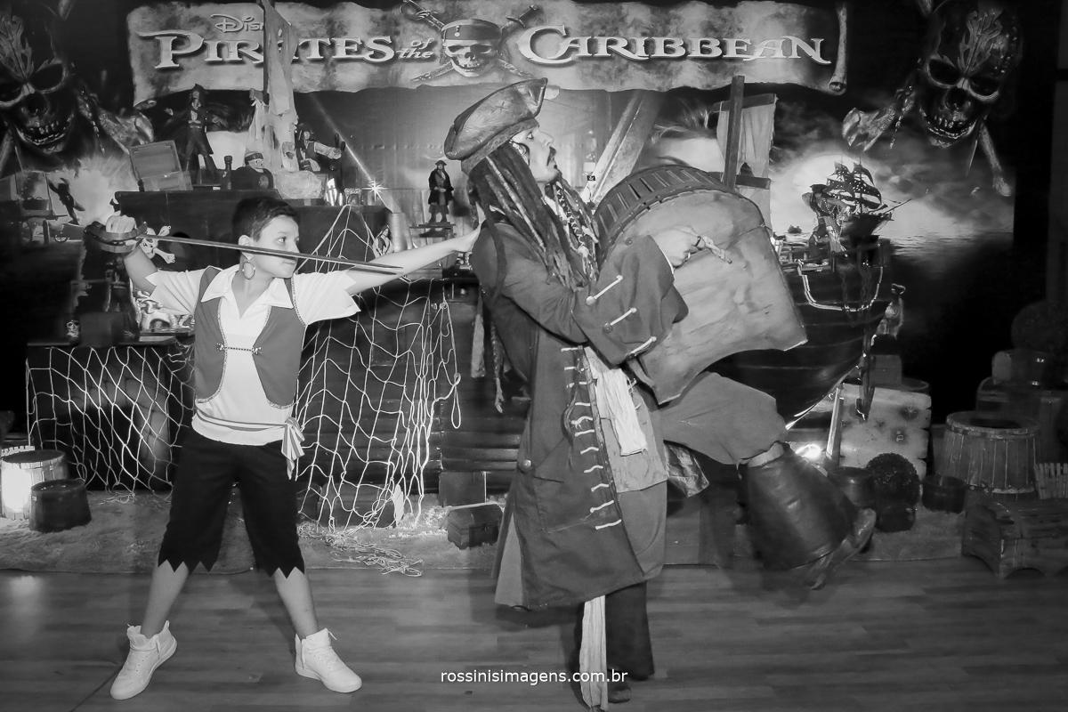 gabriel o pirata rendendo jack sparrow  que estava levando os baus com o tesouro do aniversario