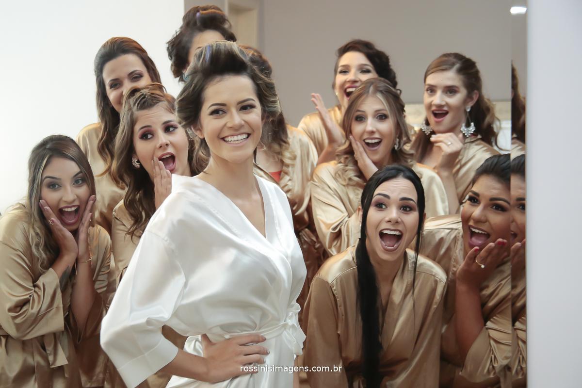 fotografia da noiva e as madrinhas no reflexo do espelho, madrinhas de boca aberta com a beleza e o brilho da noiva nesse grande dia, dia do casamento