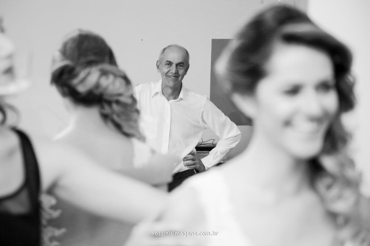 fotografia com o pai da noiva olhando sua filha vestida como uma linda noiva, uma admiração de pai para filha que não tem explicação, recordação do casamento