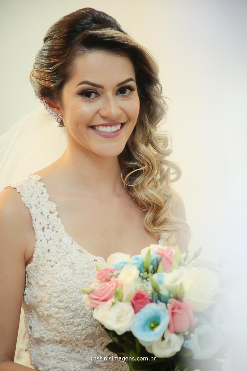 fotografia vertical no espelho, noiva segurando o buquê no dia de noiva pronta para ir para o espaço da cerimonia