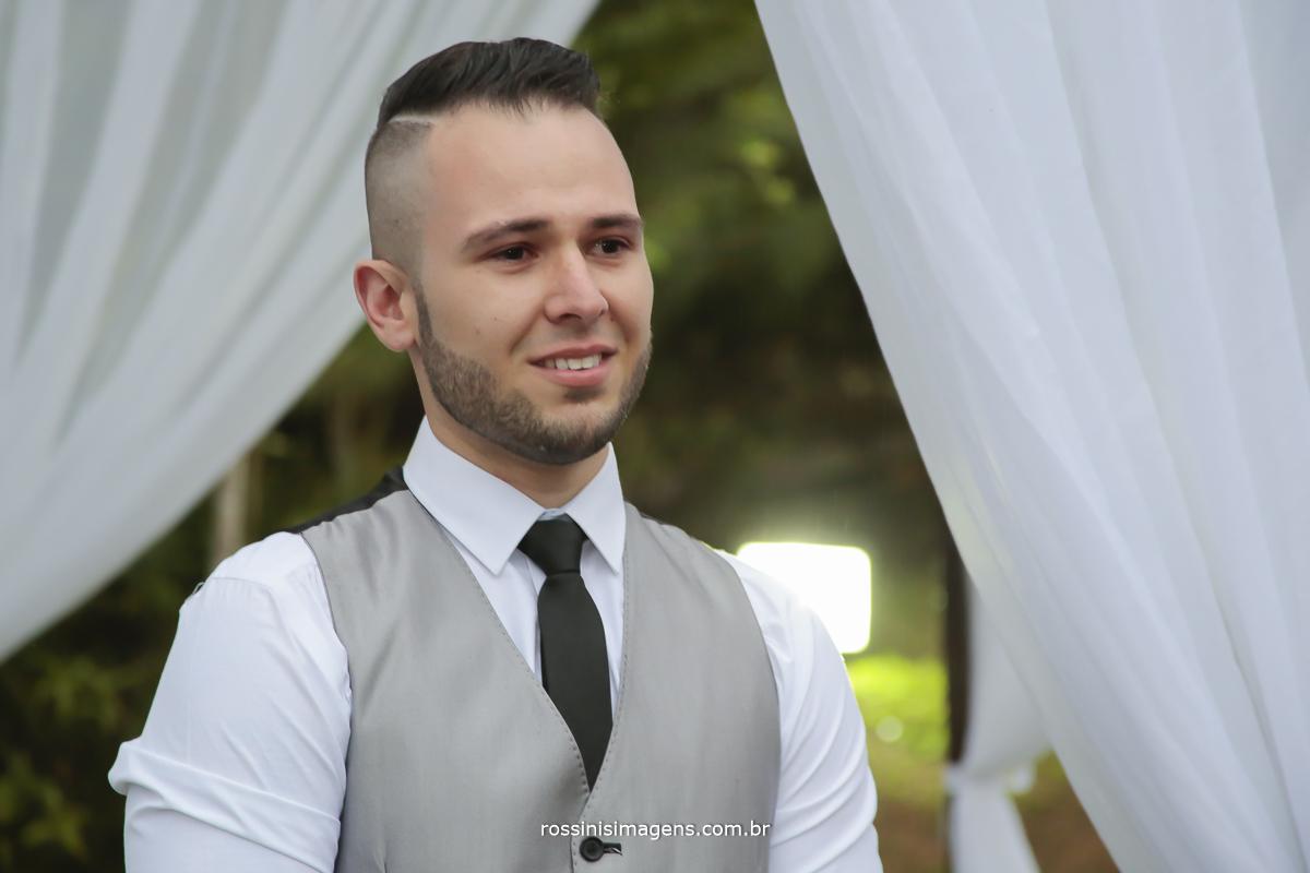 imagem do noivo muito emocionado olhando a entrada da sua belíssima noiva a caminho do altar, noivo com os olhos cheio de lagrima de felicidade