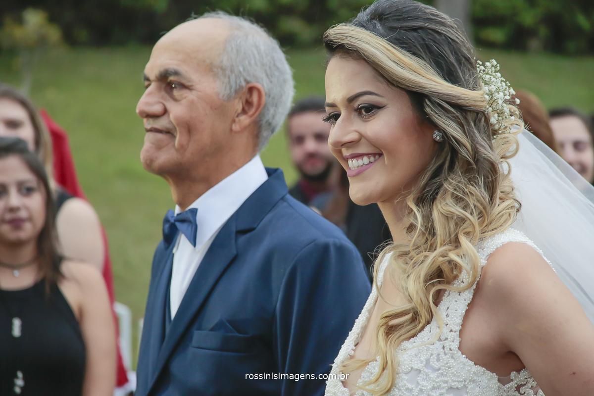 e emocionante entrada do pai com a noiva prestes a entregar sua filha para o homem da vida dela, que fara ela feliz todos os dias, noiva com um contagiante sorriso, make e penteado arrasando
