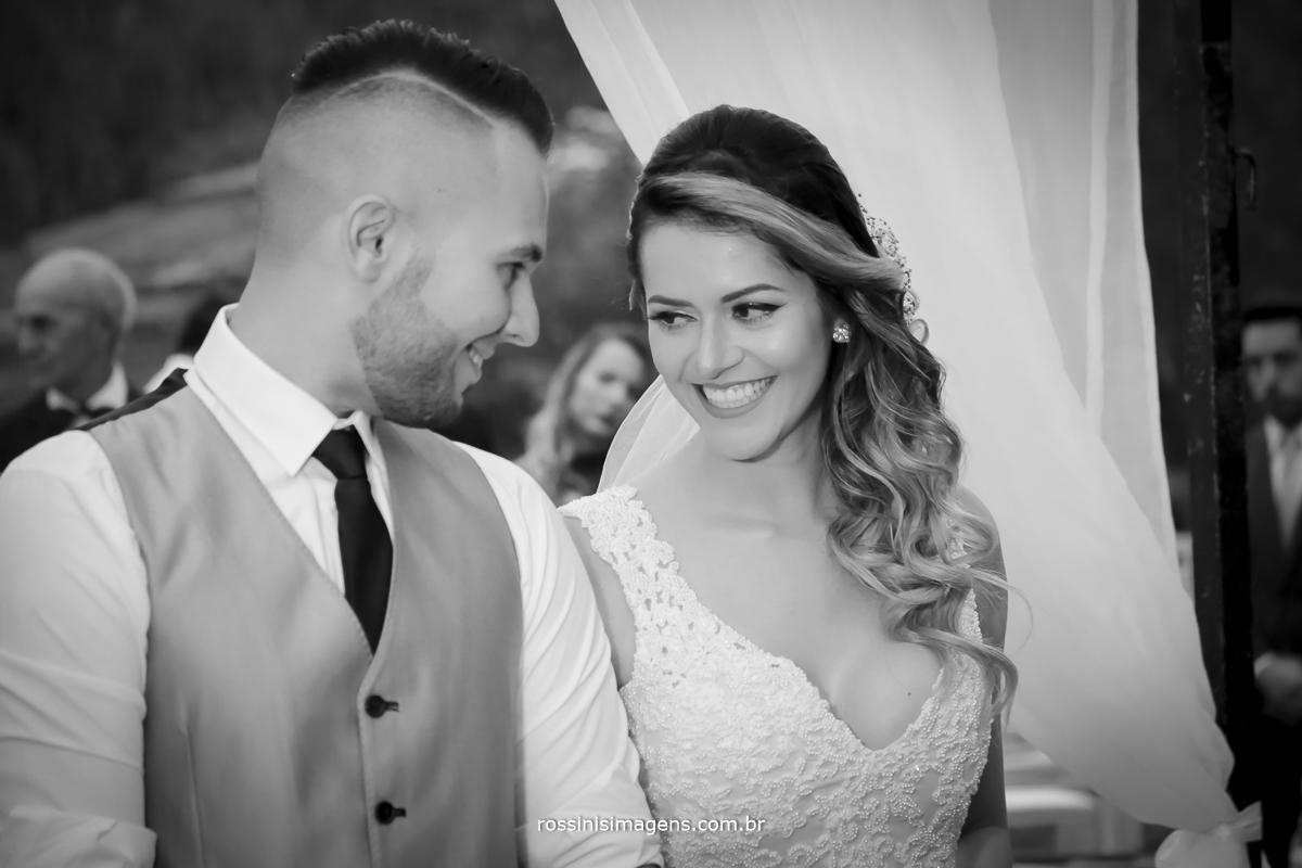 fotografia pb de casamento, noivo e noiva com aquele olhar apaixonante dos noivos um para o outro e os dois por um só amor,