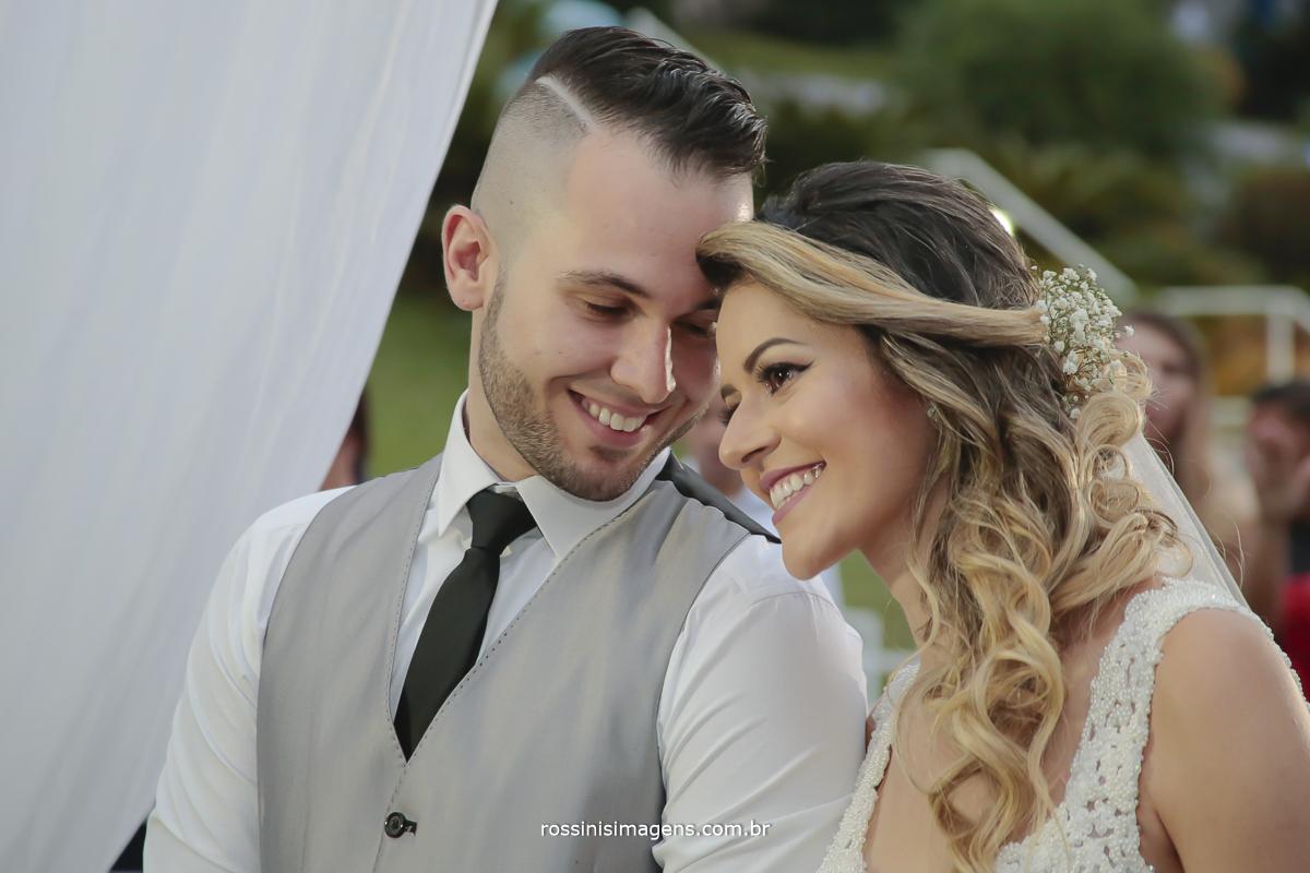 fotografia de casamento em mogi das cruzes, fotografo de casamento, noiva feliz sorrindo noivo de olhos fechados sorrindo para a noiva