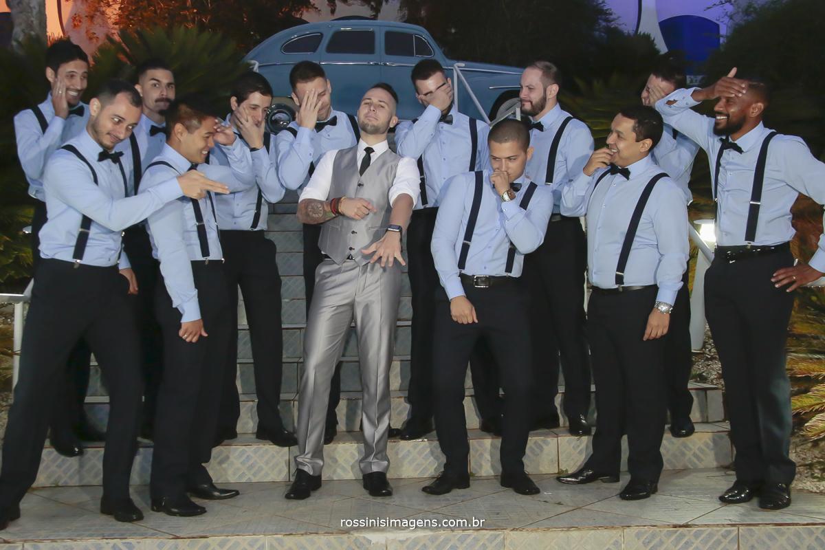 foto com os padrinhos admirando a aliança do noivo depois do casamento